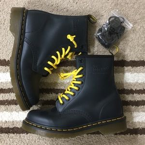 BNWOT Dr.Martens with free shoe lace size:us6.5-7